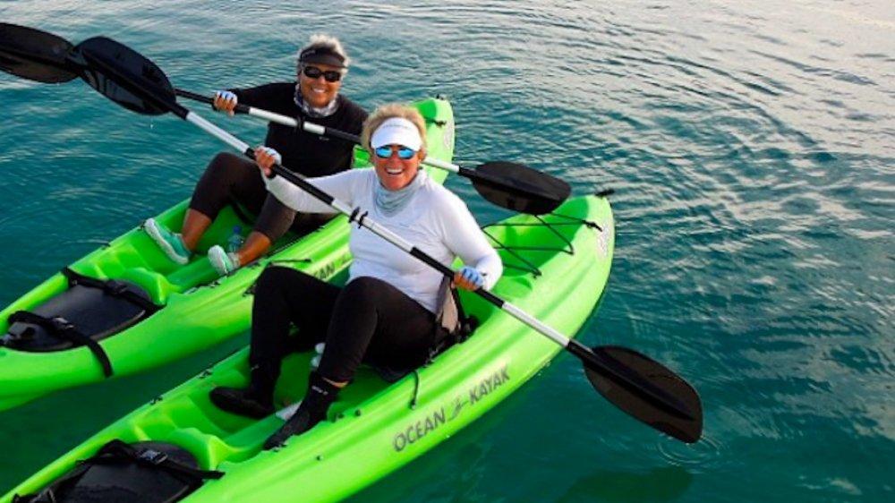 """Kathy """"KT"""" Travis y Suze Orman en kayak en las Bahamas"""