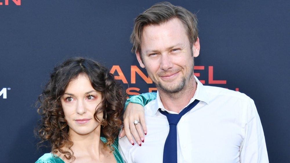 Sophia Del Pizzo y Jimmi Simpson en el estreno de Angel Has Fallen