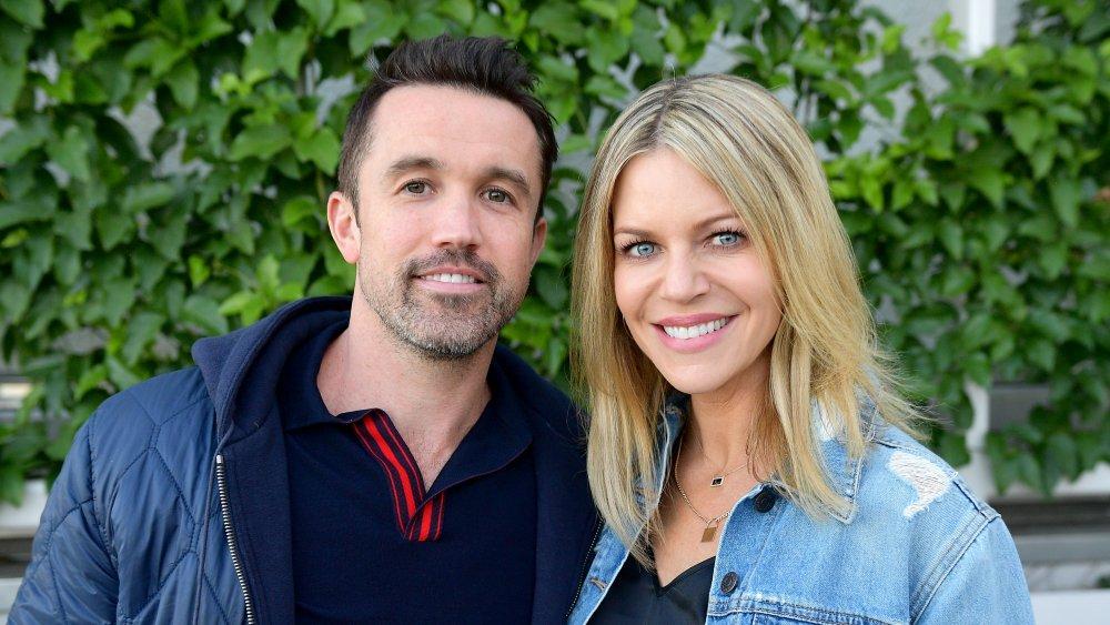 Rob McElhenney y Kaitlin Olson posando juntos afuera