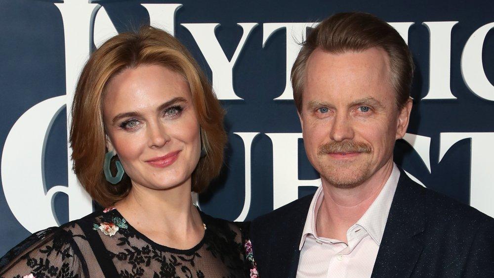 Emily Deschanel y David Hornsby en el estreno de Mythic Quest: Raven's Banquet en 2020