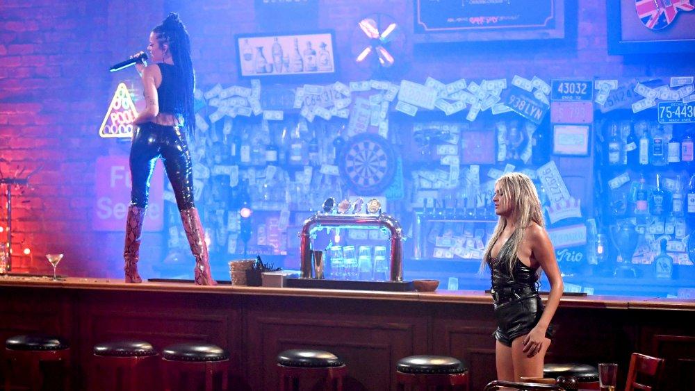 Halsey y Kelsea Ballerini actuando en los CMT Music Awards 2020