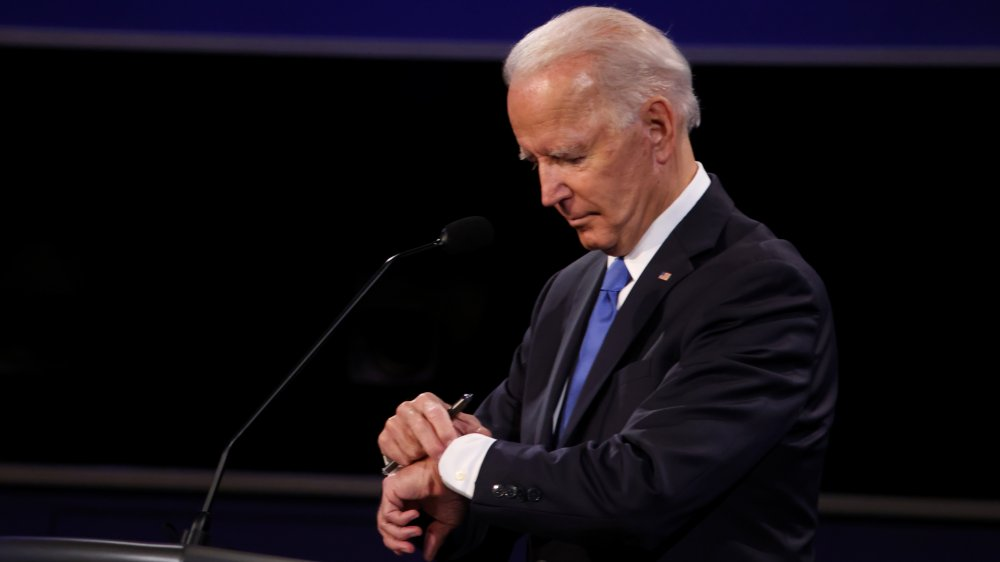 Joe Biden mirando el reloj durante el debate presidencial