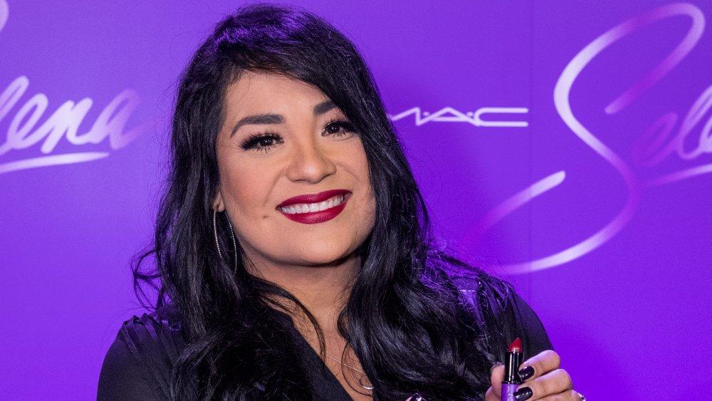Suzette Quintanilla con pintalabios en mano
