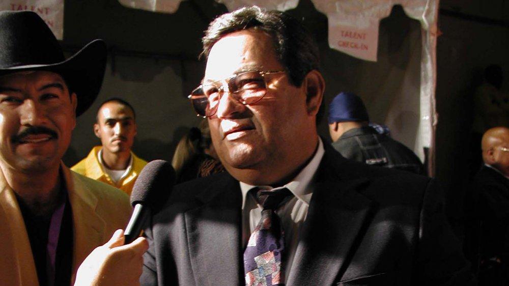 Abraham Quintanilla Jr.hablando con el reportero
