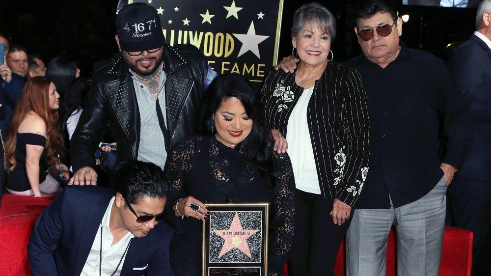 Chris Pérez, AB Quintanilla, Suzette Quintanilla, Marcella Quintanilla y Abraham Quintanilla en el Paseo de la Fama de Hollywood