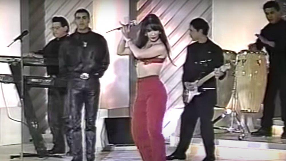 Selena Quintanilla y Los Dinos actuando