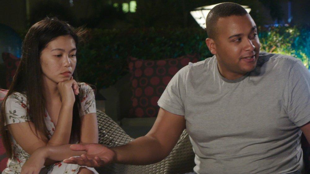 Angenette y Royal sentados y discutiendo