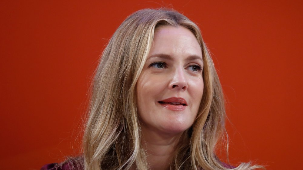 Drew Barrymore hablando en un panel en 2016