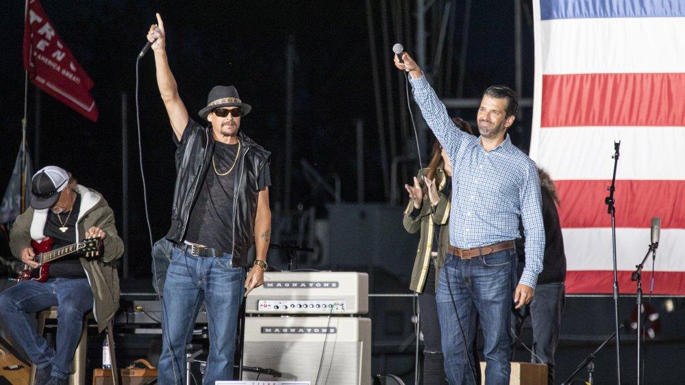 Kid Rock y Donald Trump, Jr. sosteniendo sus manos en el aire en el escenario