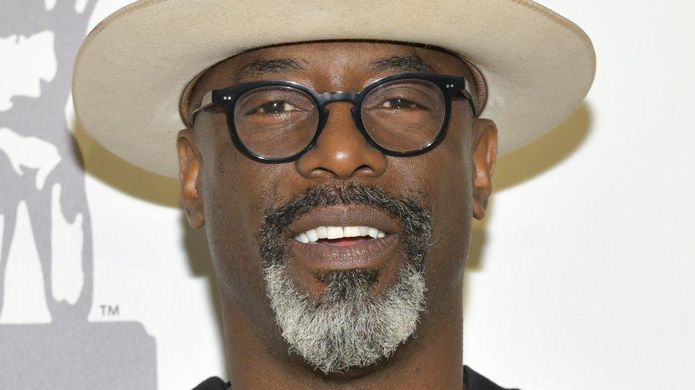 Isaiah Washington con sombrero y gafas