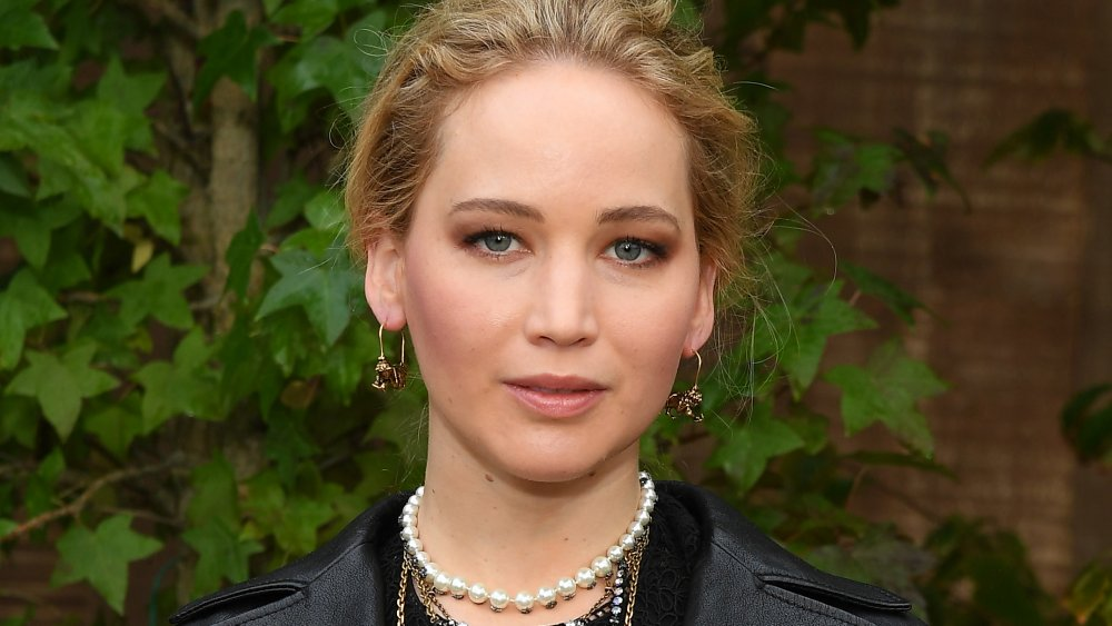 Jennifer Lawrence se ve seria