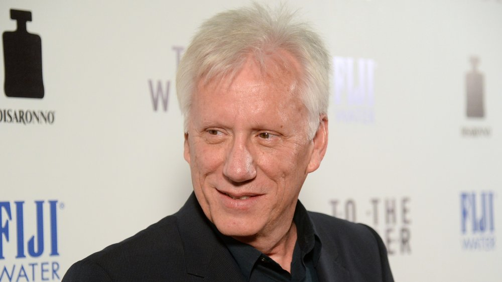 James Woods sonriendo