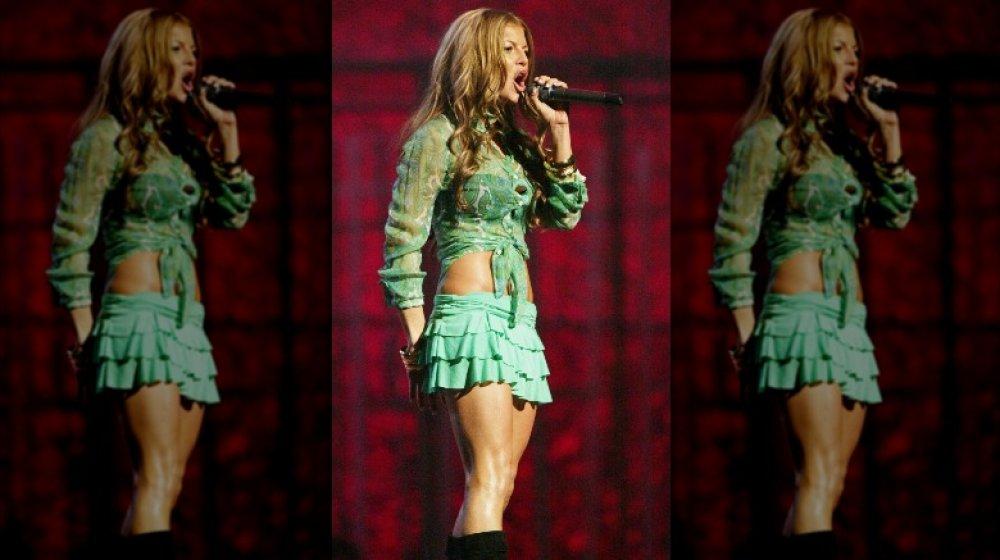 Fergie cantando en el escenario de la fiesta de los Grammy