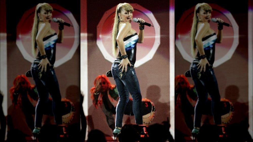 Fergie cantando en el escenario con big bangs