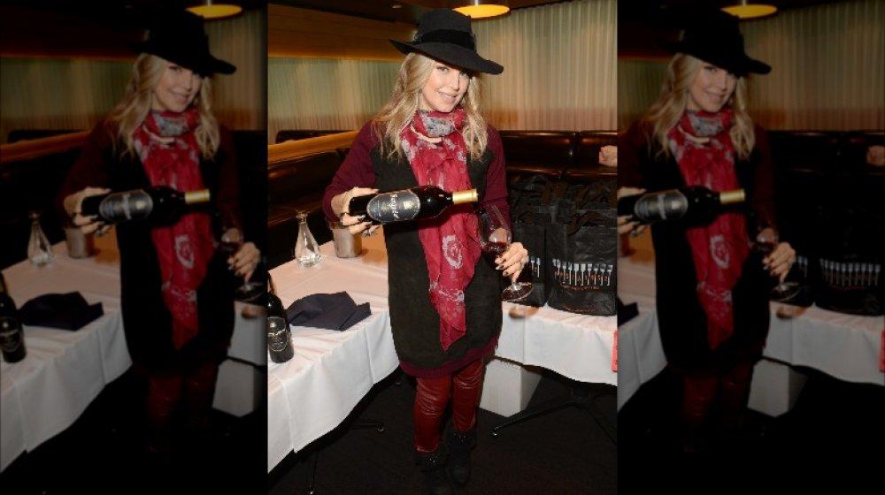 Fergie sosteniendo una botella de vino