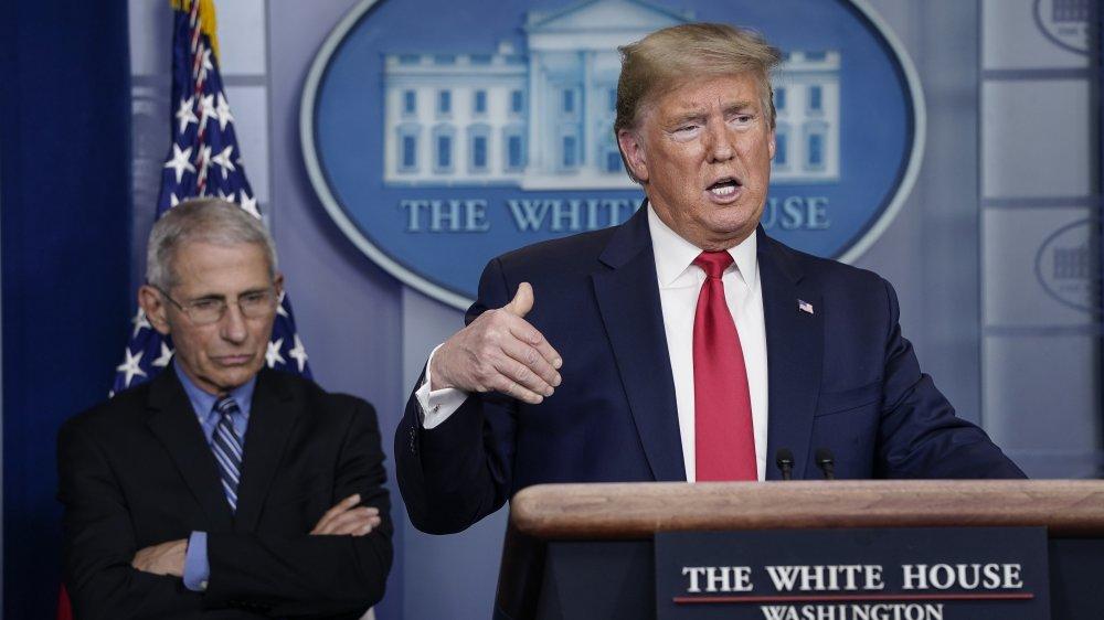 Dr. Anthony Fauci y Donald Trump en una sesión informativa en 2020