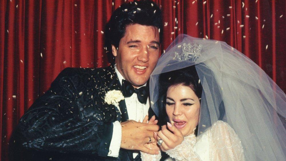 A Elvis Presley y Priscilla Presley les arrojan arroz el día de su boda