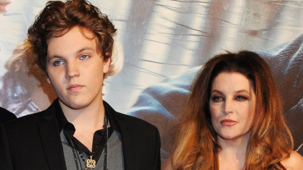 """Benjamin Keough y Lisa Marie Presley en la alfombra roja del estreno de """"Harry Potter y las Reliquias de la Muerte"""" en 2010"""