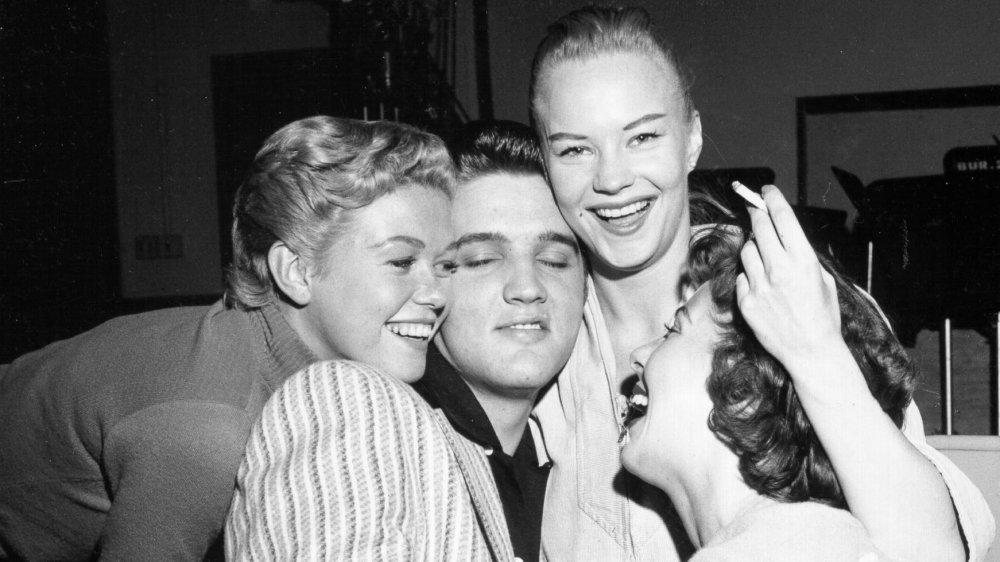 """Elvis Presley es acosado por chicas en el set del """"Milton Berle Show"""" en 1956."""