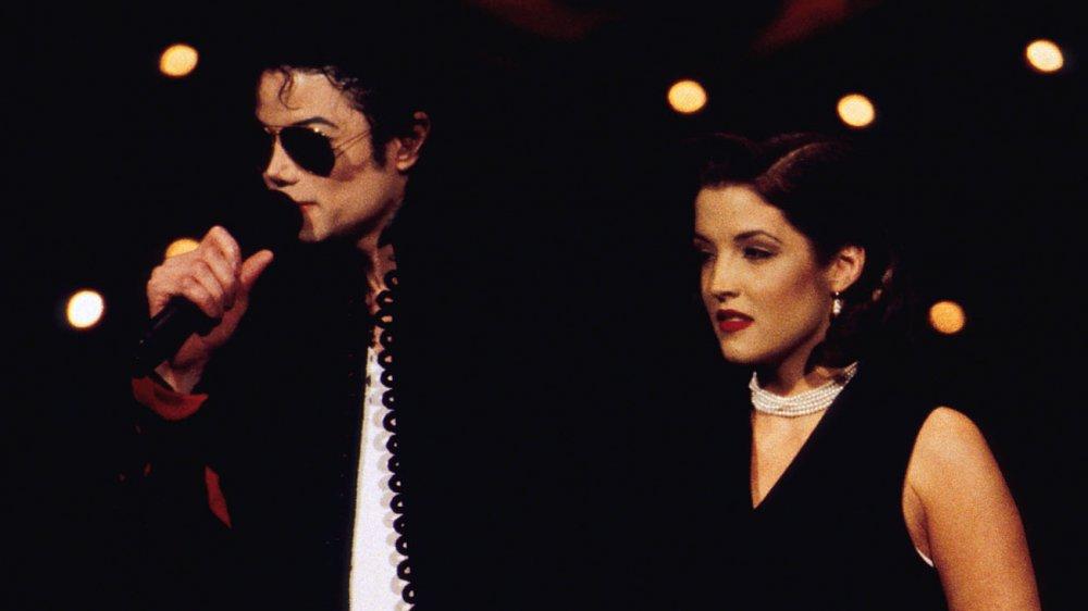 Lisa Marie Presley y Michael Jackson suben al escenario en los MTV Video Music Awards de 1994.