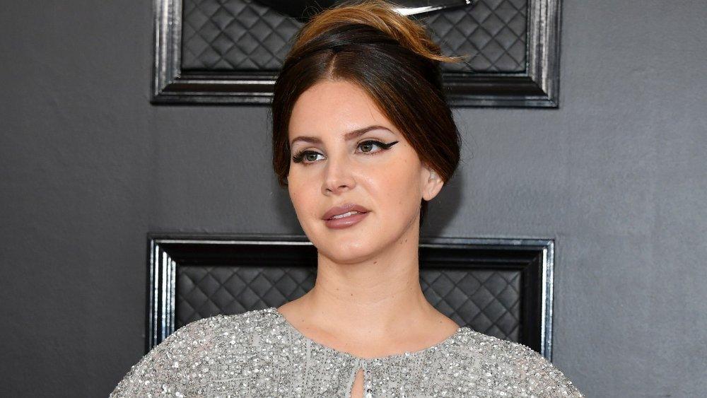 Lana Del Rey con el pelo recogido y maquillaje de ojos de gato