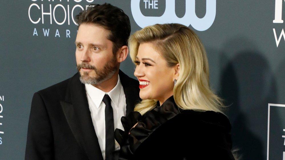Brandon Blackstock y Kelly Clarkson en la entrega de premios