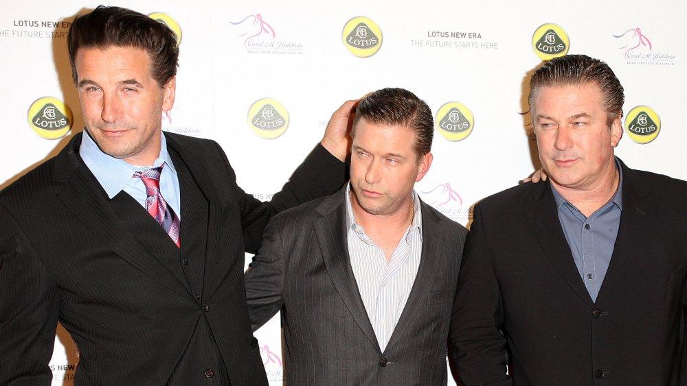 Billy Baldwin, Stephen Baldwin y Alec Baldwin posando juntos en la alfombra roja