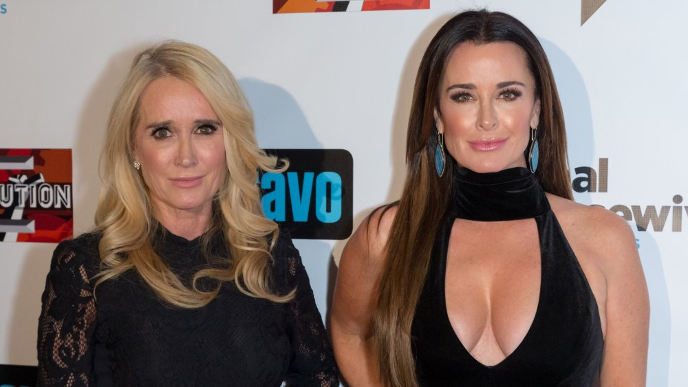 Kim Richards y Kyle Richards sonriendo en un evento Bravo