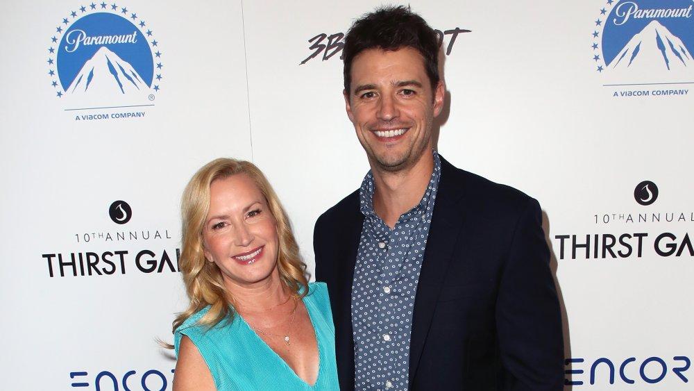 Angela Kinsey y Josh Snyder en una gala en 2019