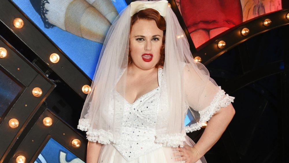 Rebel Wilson en un vestido de novia