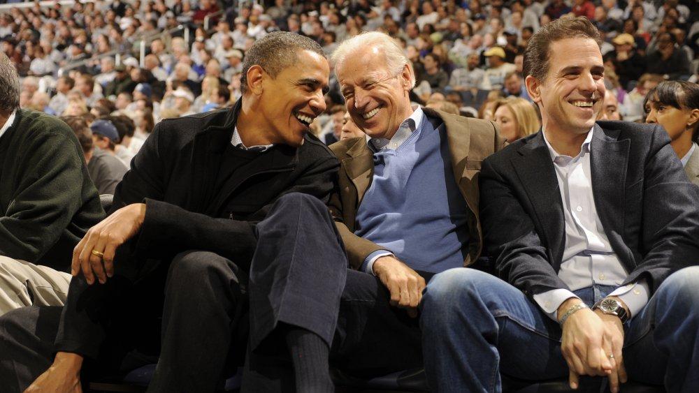 Barack Obama, Joe Biden y Hunter Biden en un juego de baloncesto en 2010