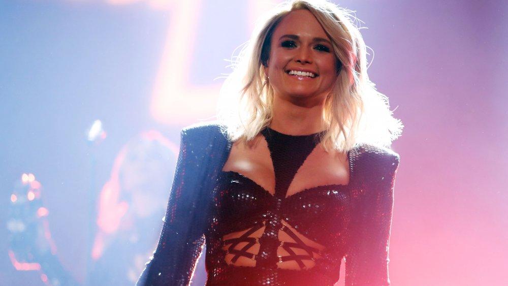 Miranda Lambert sonriendo en el escenario