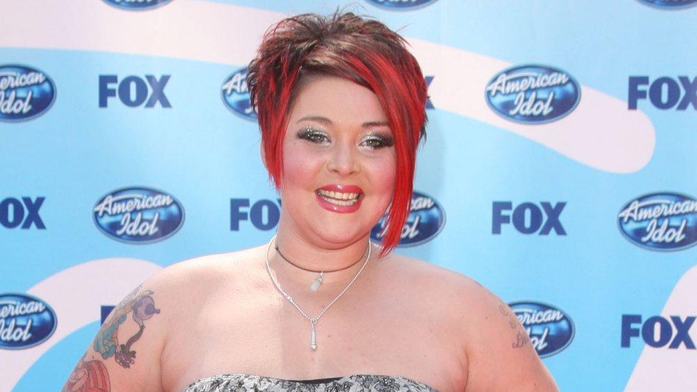 Nikki McKibbin sonriendo en la final de American Idol 2009