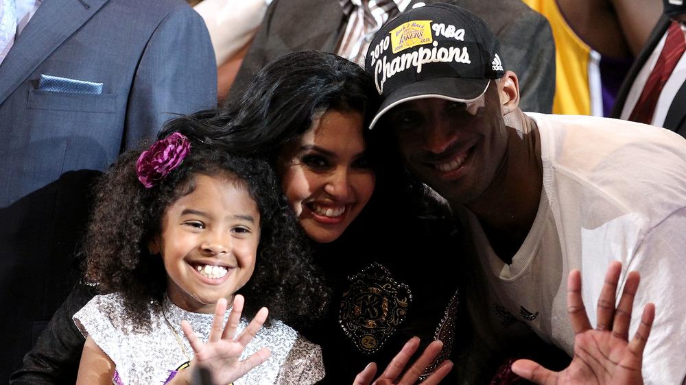 Vanessa Bryant y Kobe Bryant con su hija