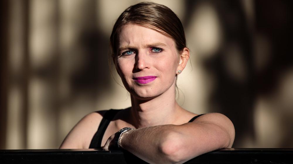 Chelsea Manning con una mirada acerada