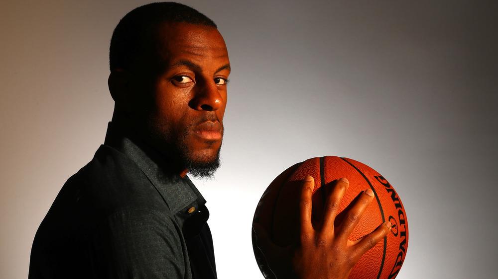 Andre Iguodala sosteniendo una pelota de baloncesto