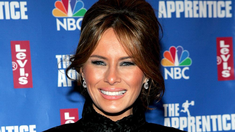 Melania Trump sonriendo en la alfombra roja