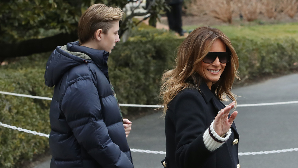 Barron Trump y Melania Trump caminando afuera
