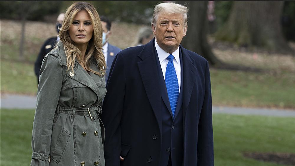 Melania Trump y Donald Trump caminando afuera