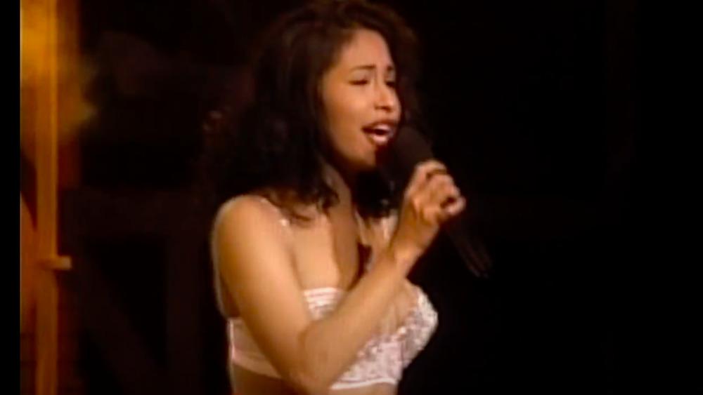 Selena Quintanilla en el escenario actuando