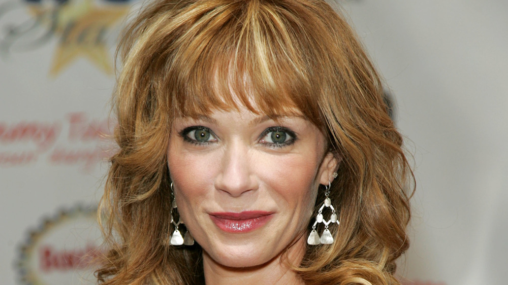 Lauren Holly sonriendo