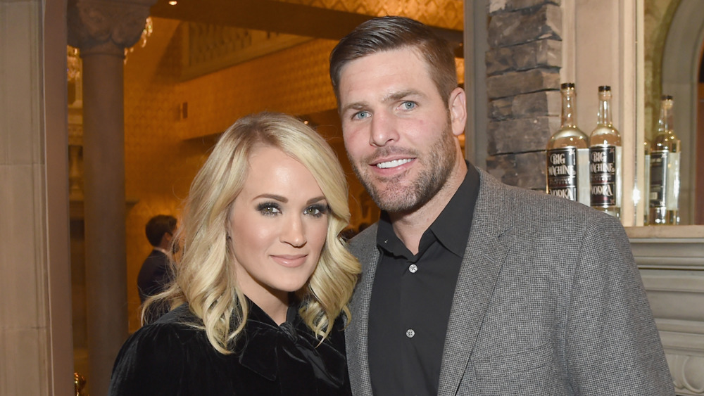 Carrie Underwood y Mike Fisher sonriendo