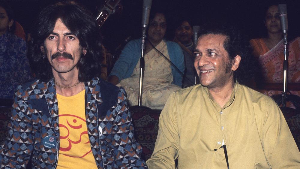 George Harrison con el intérprete de sitar Ravi Shankar