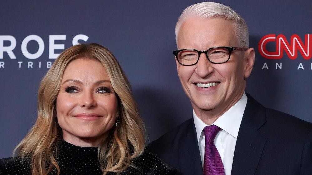 Kelly Ripa y Anderson Cooper posan en la alfombra roja