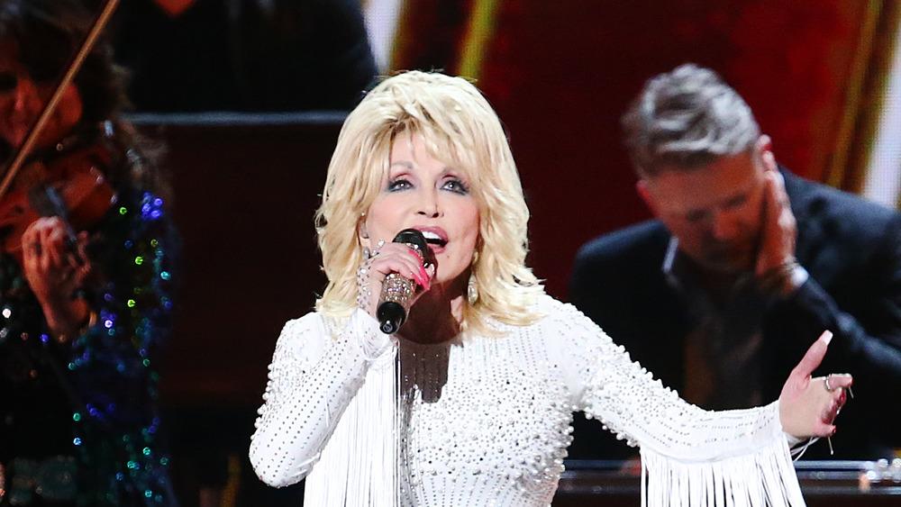Dolly Parton cantando en el escenario