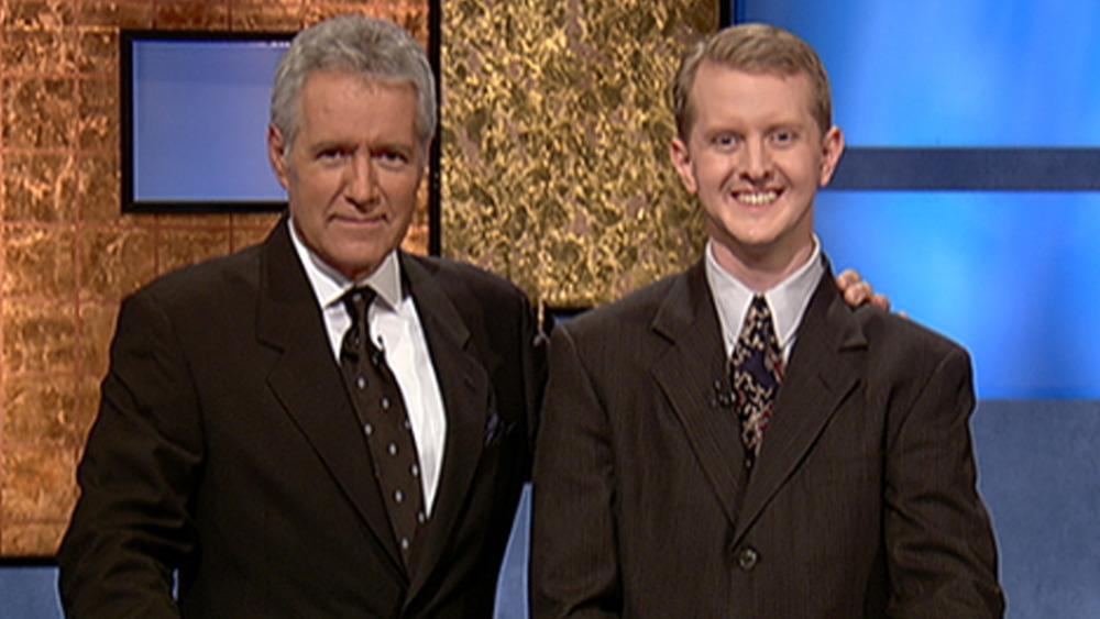 Alex Trebek y Ken Jennings en el set de Jeopardy