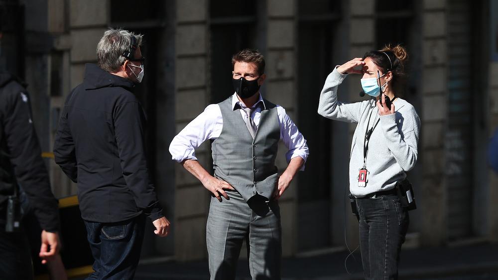 Tom Cruise hablando con la tripulación