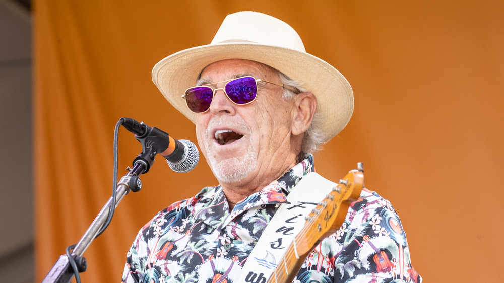 Jimmy Buffett realizando
