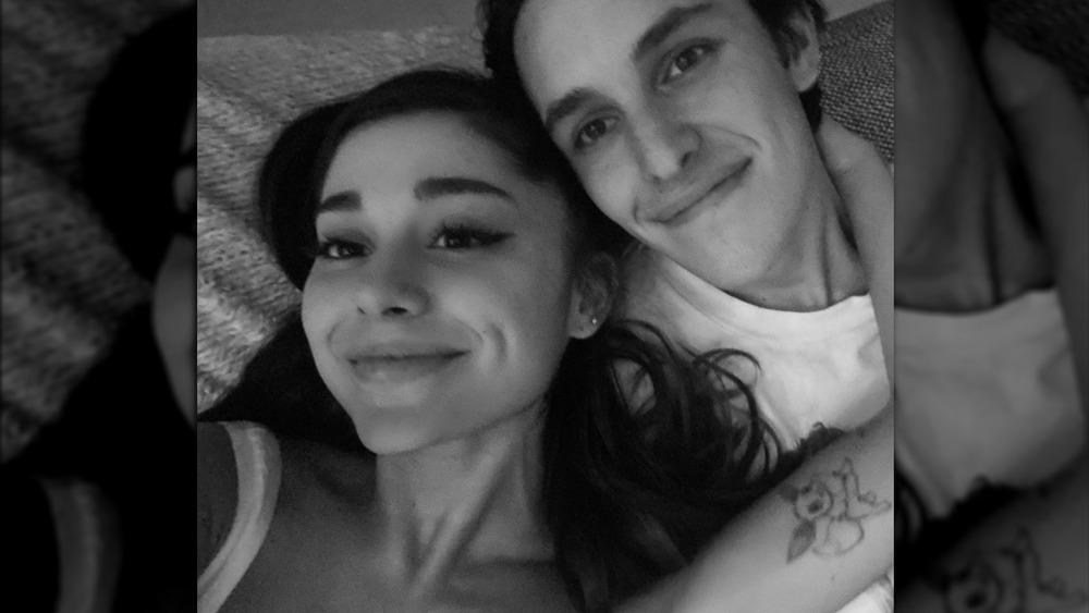 Ariana Grande abrazándose con Dalton Gomez