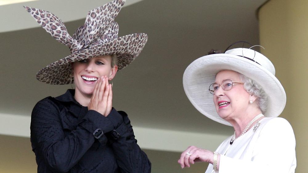 Zara Tindall y la reina Isabel sonriendo